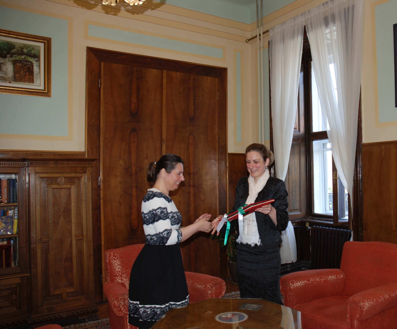 Градоначелница уручује копију Повеље председници Националног савета Буњеваца