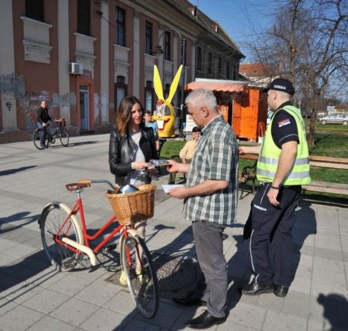 Мирослав Ковачић, члан Градског већа за комуналну делатност и инвестиције дели светлосне комплете бициклистима