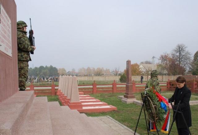 Ана Брнабић, је пложила венац и на Споменик црвеноармејцима