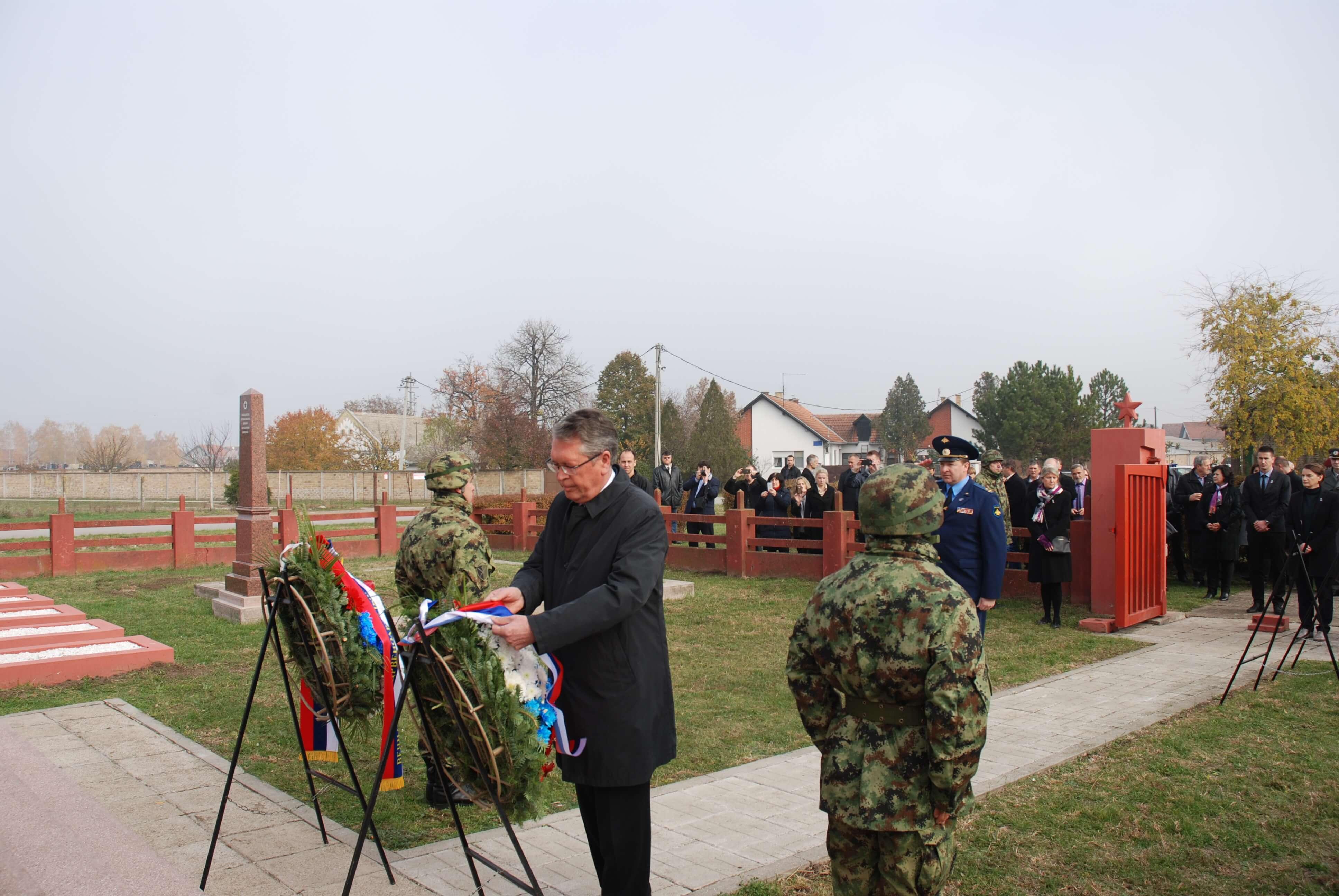 Њ.Е. Чепурин, амбасадор Русије, положћио је цвеће на споменик партизанима, а потом црвеноармејцима