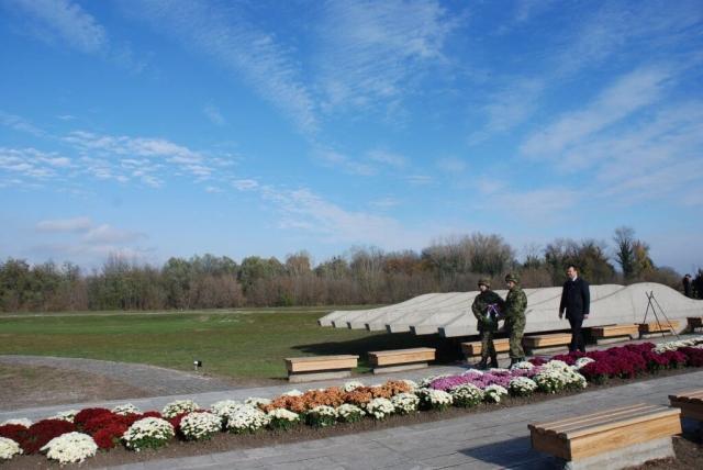 Председник Владе АП Војводине Игор Мировић први је положио венац у знак сећања на погинуле борце