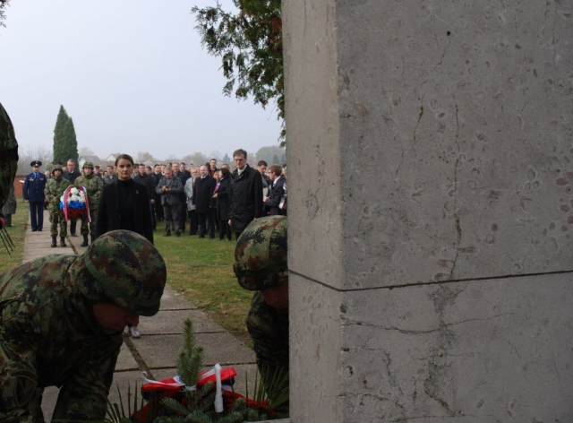 Премијерка Брнабић положила је венац на споменик борцима на Парзизанском гробљу