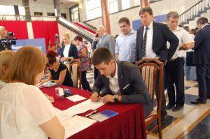 Aнтонио Ратковић, заменик градоначелнице Сомбора потписује уговор о додели 10 милиона динара за регресирање превоза средњошколаца