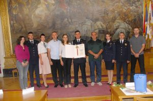 Градоначелница Сомбора и начленик Полицијске управе Сомбор са награђеним полицијским службеницима