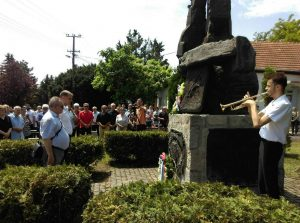 Сава Дојић и Борис Буловић полажу цвеће на споменик солунским добровољцима