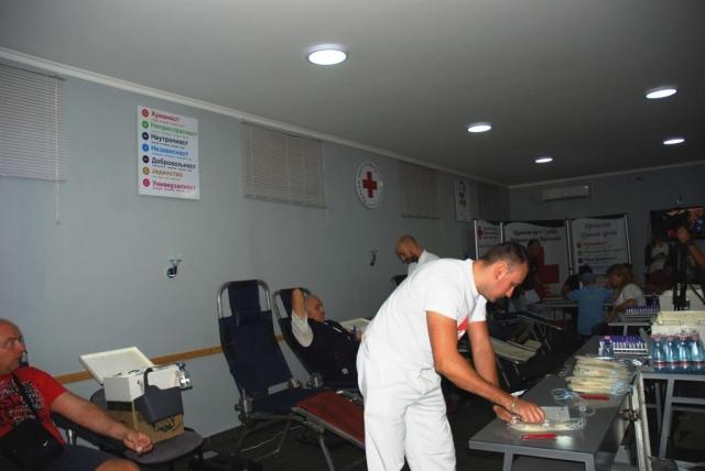 Међу добровољним даваоцима крви били су и заменик градоначелнице Антонио Ратковић, Милош Петровић, председник Црвеног крста и др Далибор Форгић, члан Градског већа за област здравства и социјалне заштите