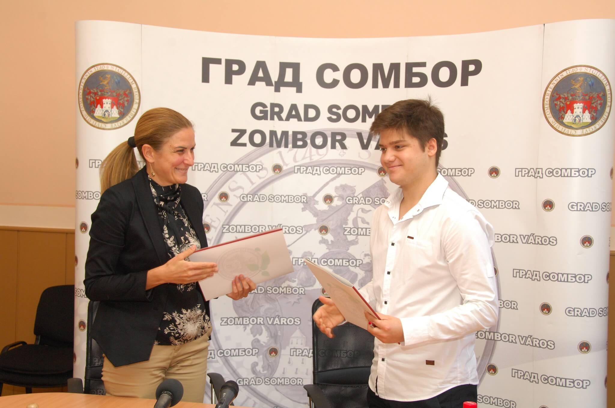 Градоначелница  Душанка Голубовић,  уручује уговор о додели стипендије Ласлу Урију