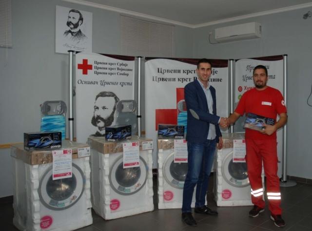 Антонио Ратковић уручује опрему представнику  Црвеног крста у Апатину
