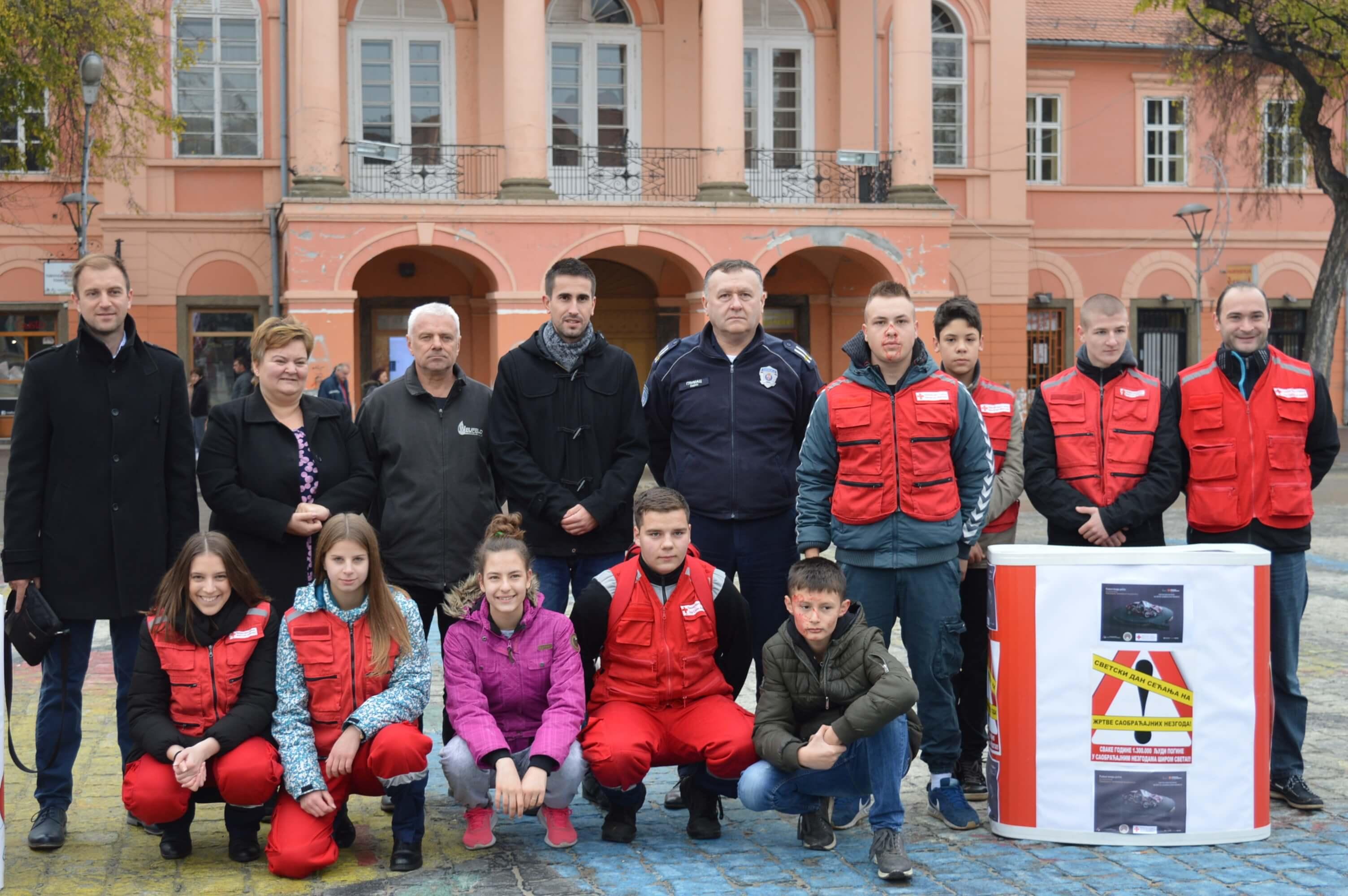 Учесници обележавања Светског дана сећања на жртве саобраћајних незгода ( Савет за безбедност града Сомбора и Црвени крст Сомбор)