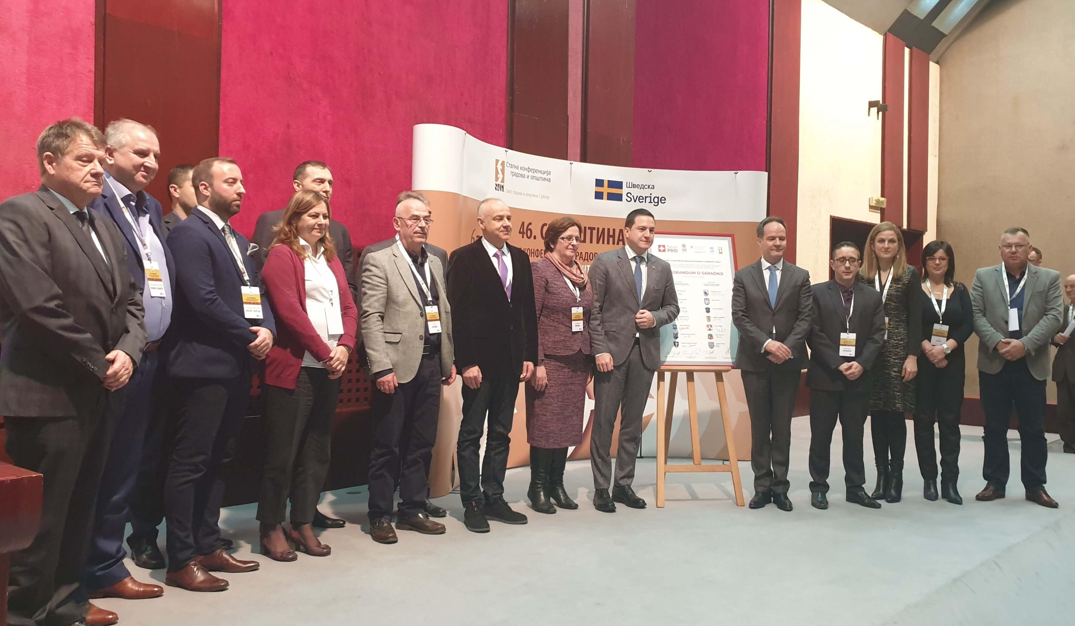 Поред званичника државне управе и локалне самоуправе, Амбасадора Швајцарске Конфедерације, Канцеларије Уједињених нација за пројектне услуге и Генералног секретара СКГО, у свечаном потписивању су учествовали и представници 14 градова и општина којима су додељени пакети подршке