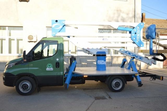 Ново возило марке iveco 35 S12 са додатном опремом – надограђеном платформом за рад до 20 м висине
