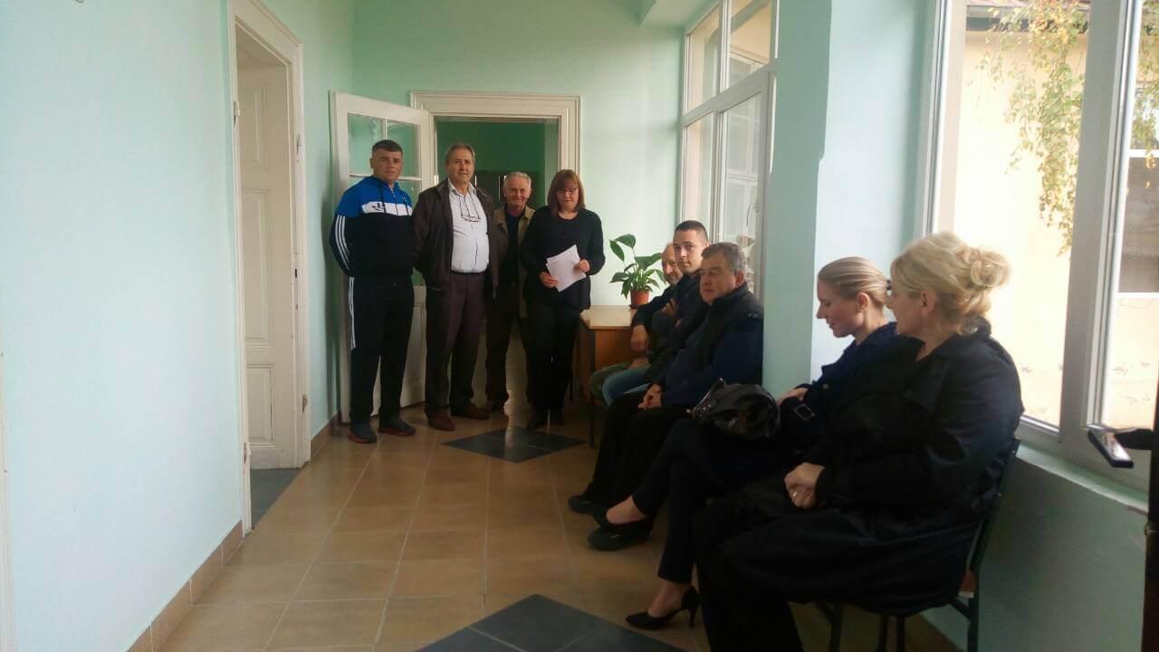 Чланови МЗ Кљајићево и грађани у холу Месне заједнице чекају на ред за разговор