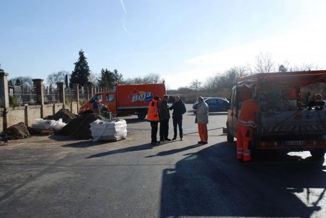 Извођачи радова на обележавању паркинг просора испред ВПГ