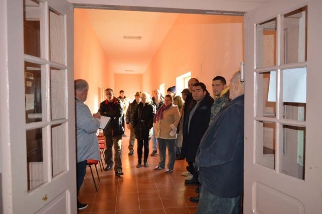 Грађани МЗ Чонопља у холу месне заједнице чекају на састанак са градоначелницом