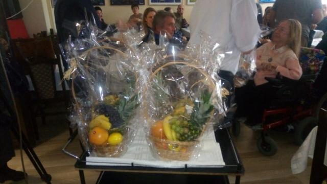 Корпа са свежим воћем, поклон за учеснике скупа