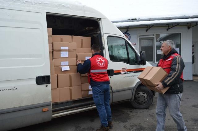 Утовар прехрамбених пакета за за социјално угрожена лица настањена у насељеним местима на територији града Сомбора