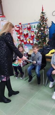 Градоначелница Сомбора Душанка Голубовић дели бојанке ученицима првог разреда