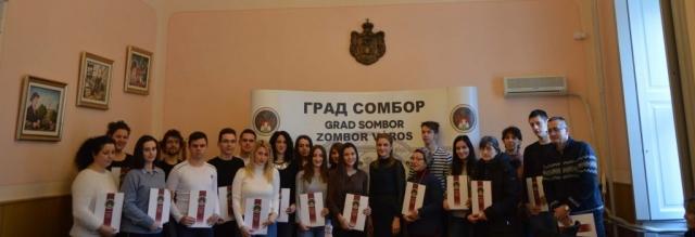 Градоначелница Сомбора Душанка Голубовић са студентима које стипендира град