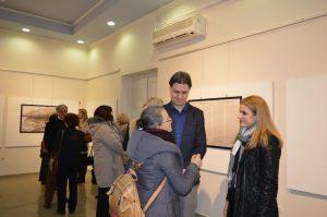 Градоначелница Душанка Голубовић уручује студенту уговор о стипендирању