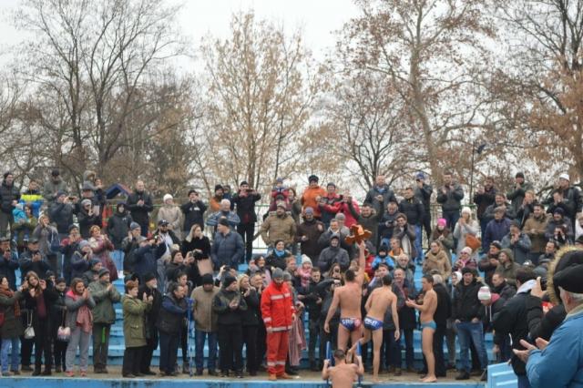 Давид Шешевић излази из воде са Часним крстом