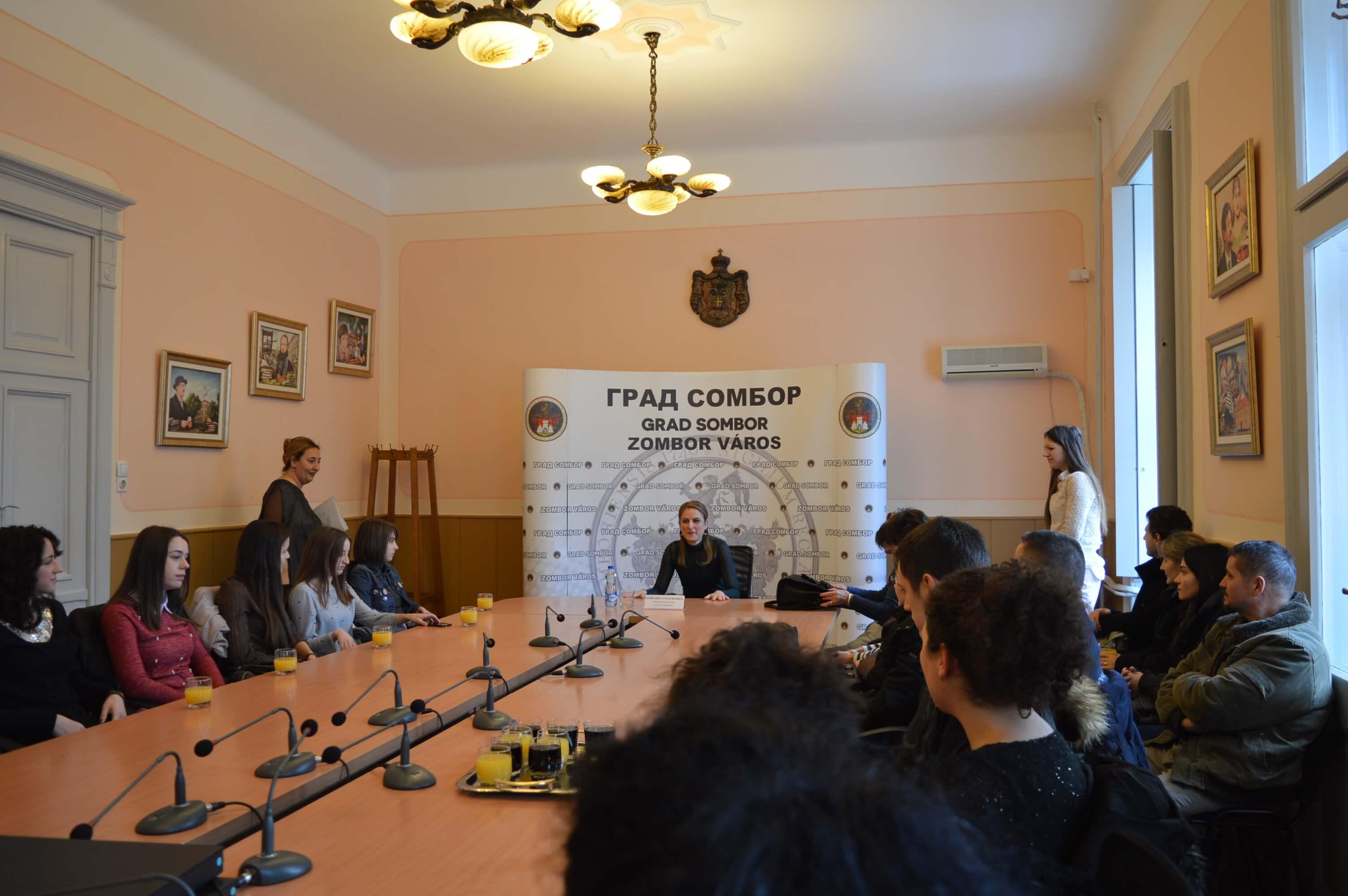 Испред града Сомбора градоначелница Душанка Голубовић уручује чек у износу од 100.000 динара за прворођену бебу