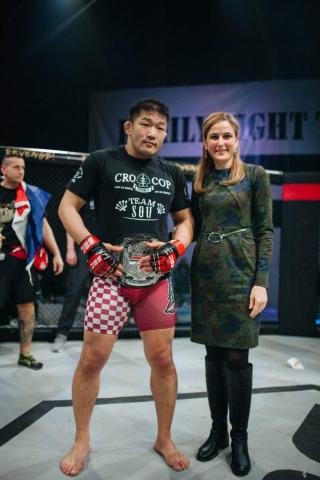 Градонечелница Сомбора Душанка Голубовић је уручила појас победнику главне борбе вечери Јапанцу Сатоши Ишију