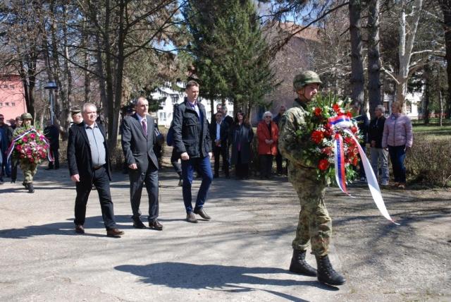 Делегација града положила цвеће и на споменик у касарни Првог центра за обуку Војске Србије Сомбор