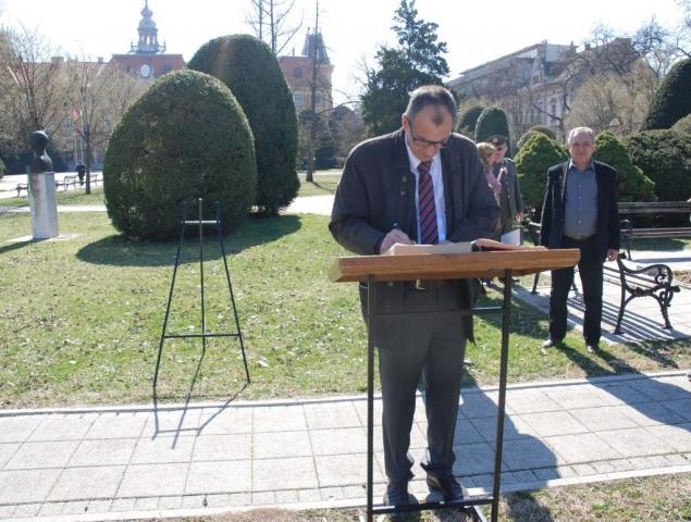 Прим. Др Зоран Парчетић,  председник Скупштине Града Сомбора уписао се у Књигу сећања
