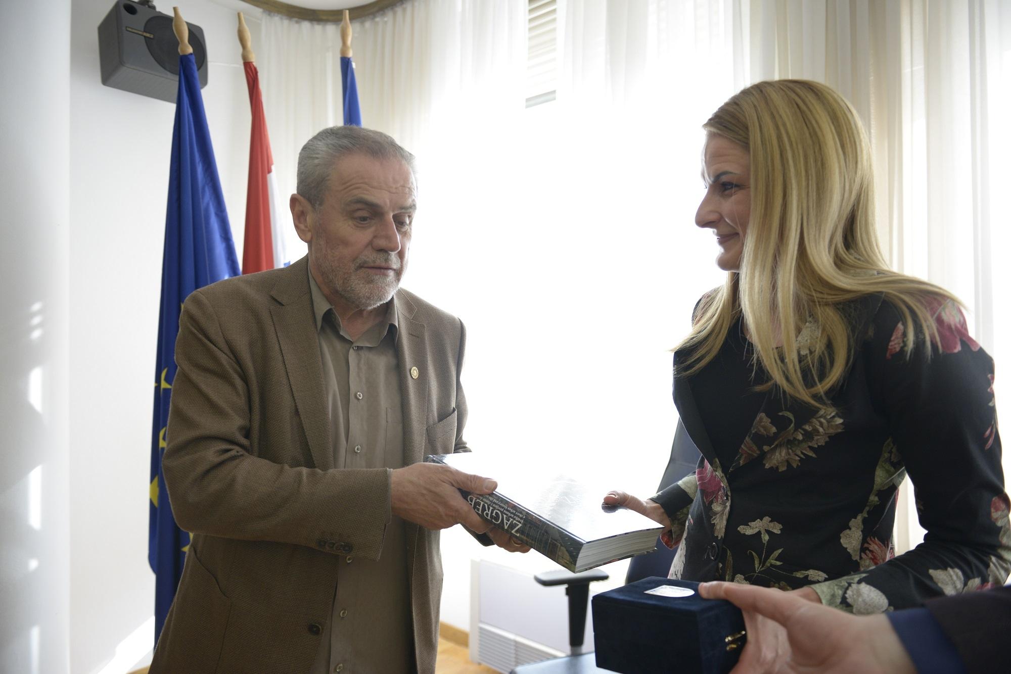 Размена  протоколарних поклона два градоначелника