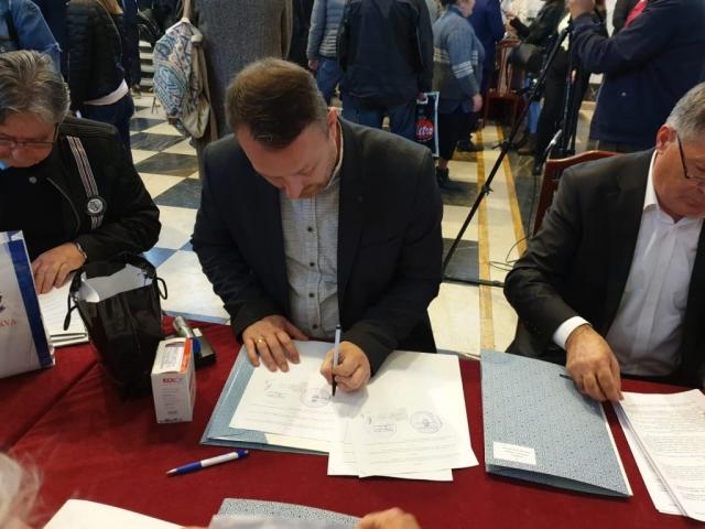 У име града Сомбора уговоре потписао Дарко Радуловић градски већник за област пољопривреде