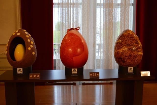 укупно 33 експоната, 30 мањих и 3 велика чоколадна уметничка јаја