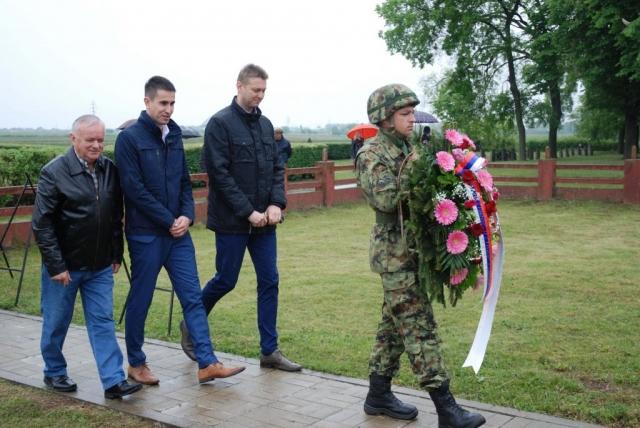 Делегација града положила венац на споменик руским борцима