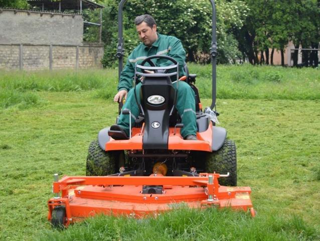Машина за кошење траве замењује 10 радника