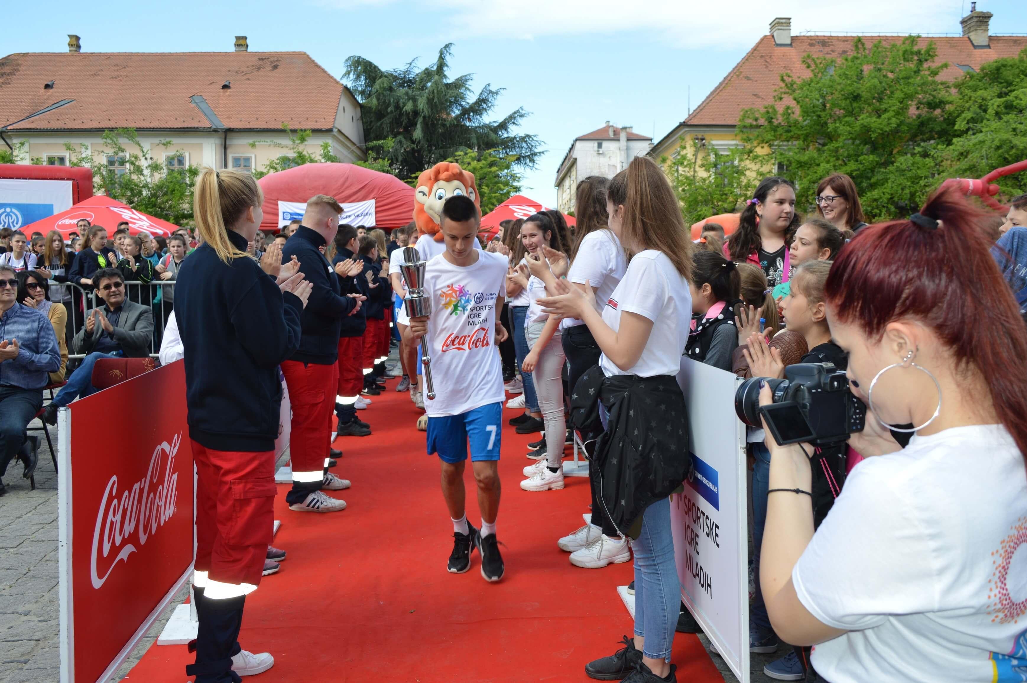 Спортиста године у конкуренцији школског спорта Михајло Лакић је донео бакљу