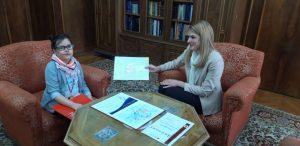 Лена је као поклон градоначелници уручила један од својих радова који је нацртала за градоначелницу