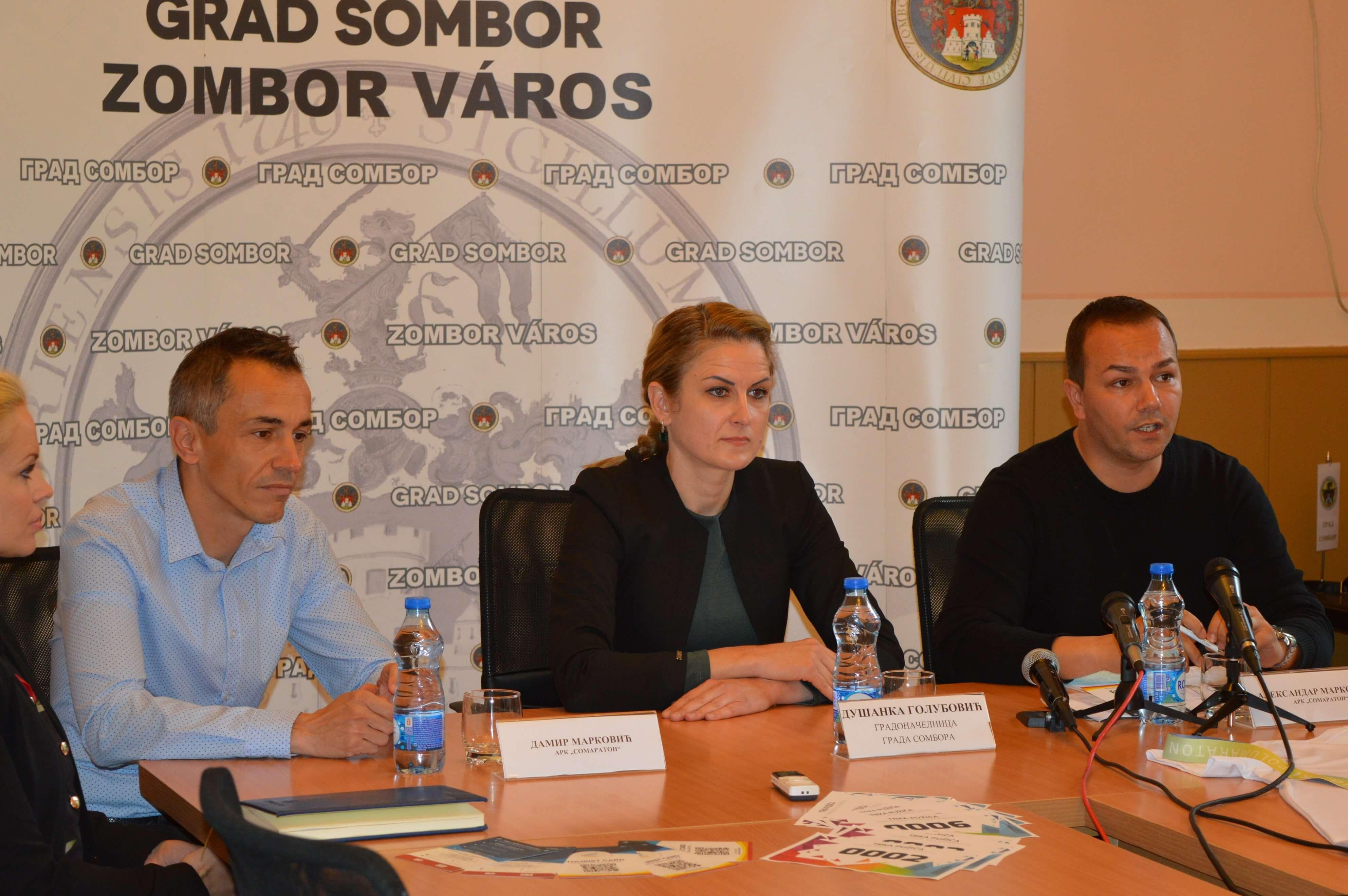Градоначелница Душанка Голубовић, Дамир Марковић и Александар Марковић испред АРК СоМаратон
