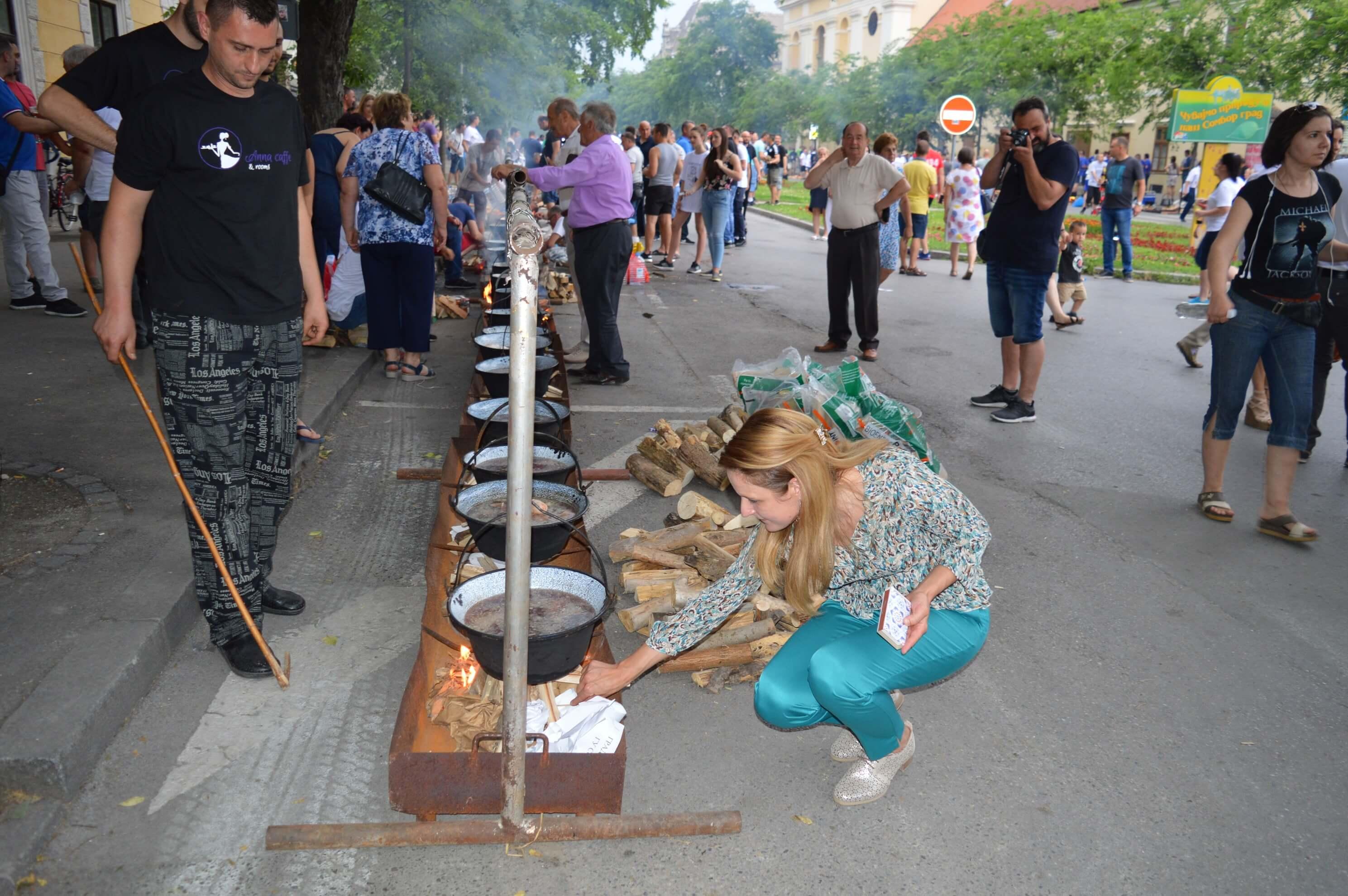 Градоначелница Душанка Голубовић по обичају након полагања, камен темељца и једна  лопата малтера