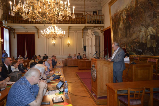 U ime odborničke grupe SNS predlog za imenovanje predsednice Skupštine pročitao predsednik odborničke grupe Zoran Rus