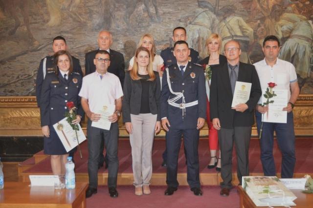 Gradonačelnica Sombora Dušanka Golubović i načelnik PČU Sombor Saša Dmitrašinović sa nagrađenim pripadnicima PU Sombor
