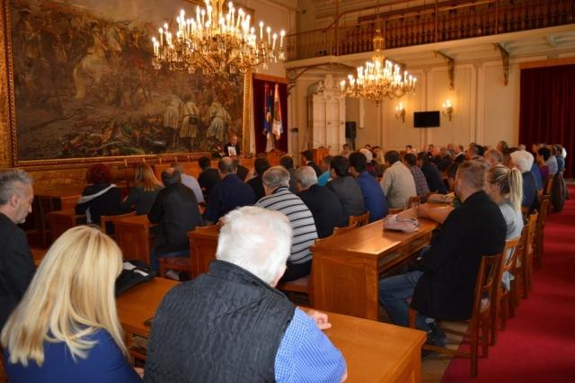 Комеморација поводом смрти Милана Ракаса одржана  је данас у великој сали  Жупаније  уз присуство породице, пријатеља, страначких колега и функционера, као и представника Града Сомбора