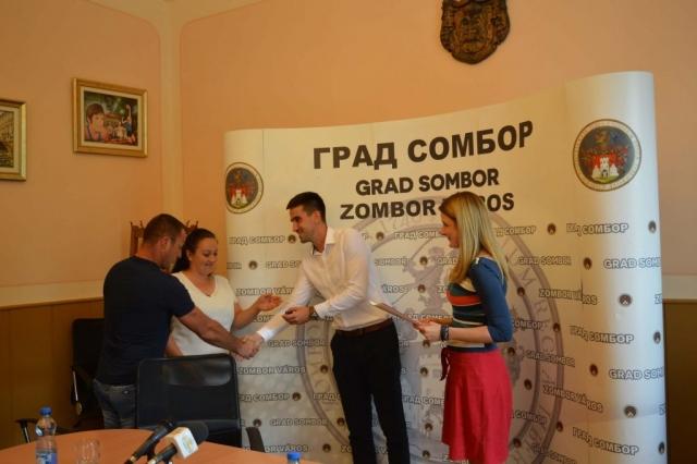 Градоначелница Сомбора Душанка Голубовић и заменик градоначелнице Антонио Ратковић уручили кључеве и уговоре нових кућа
