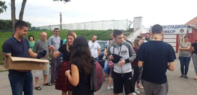 Градоначелница Душанка Голубовић уручила  је ученицима качкете