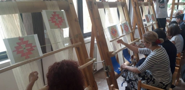 Колонија традиционално окупља жене из целе Србије, а пре свега из Пирота и Стапара