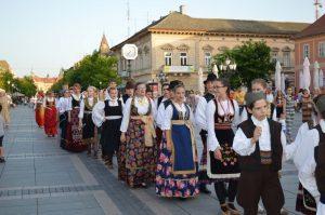 Дефиле КУД-ова и удружења из Сомбора и околних места на трећем Фестивалу мултикултуралности
