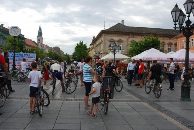 """На платоу """"код сата"""" у улици Краља Петра I у Сомбору окупили су се бициклисти"""