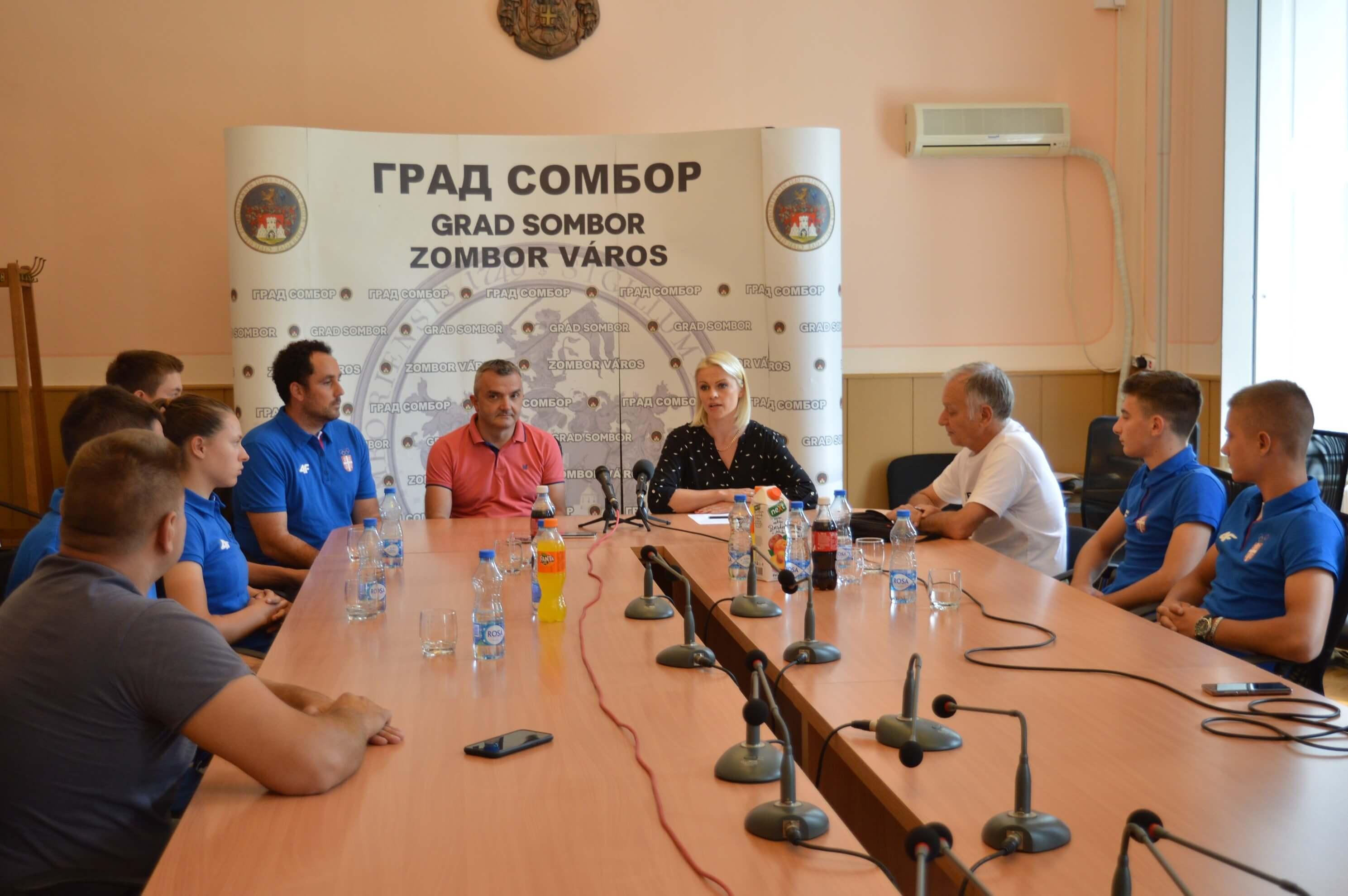 Олимпијски комитет уручио је спортску опрему Сомборцима који ће се такмичити на Европском олимпијском фестивалу младих