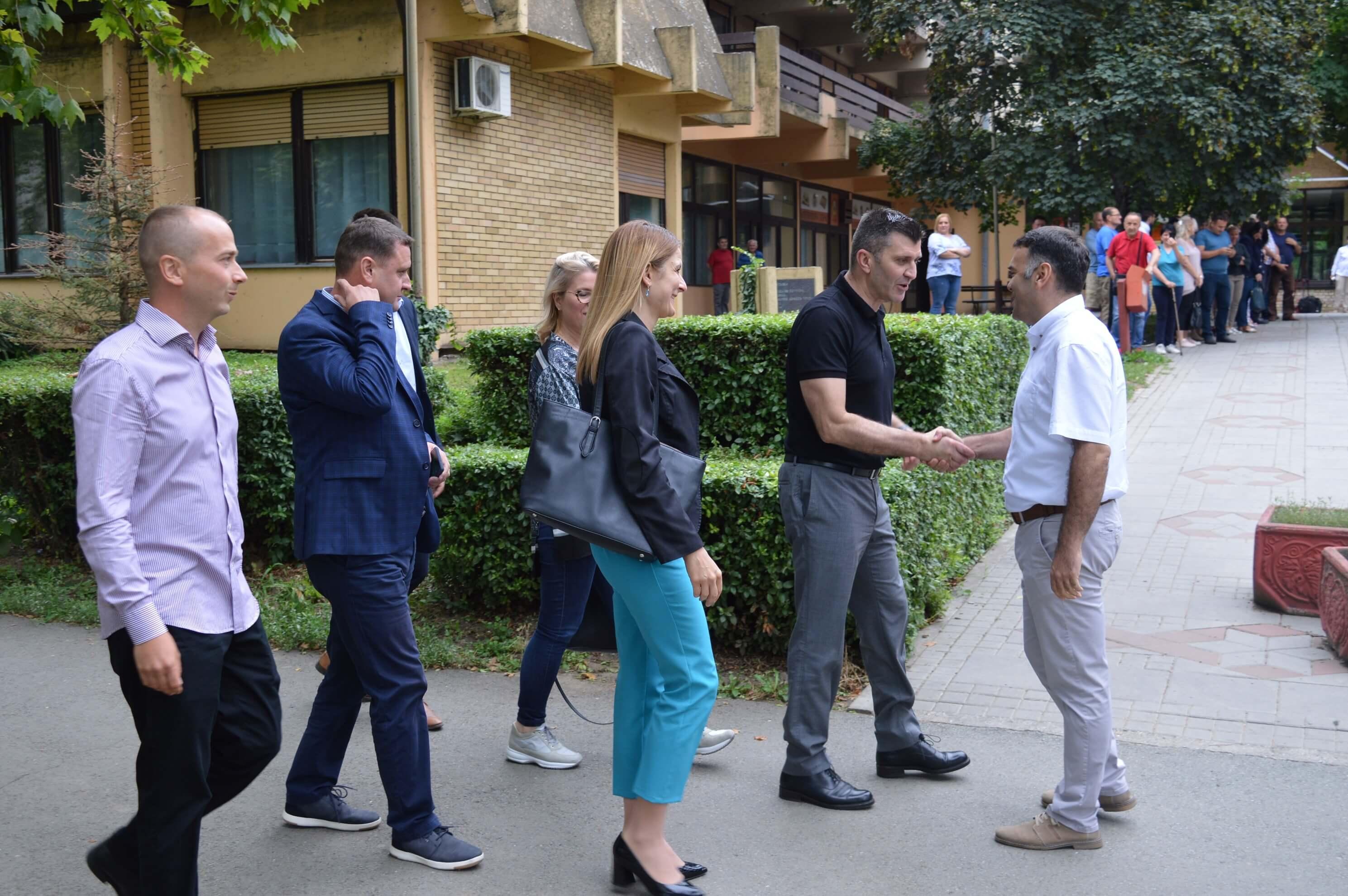 У Геронтолошком центру Сомбор дочекао их је директор ове установе Зоран Дрча