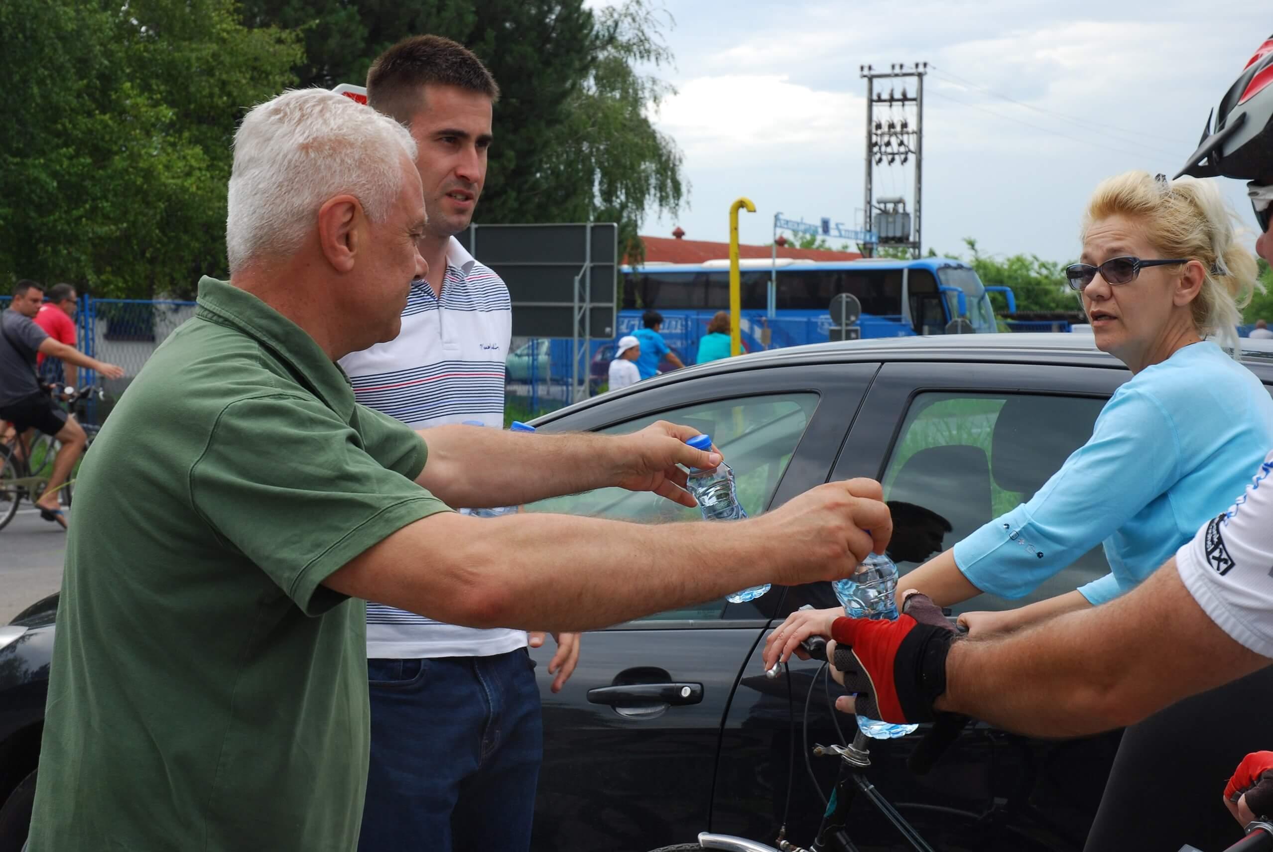 Представници Савета за безбедност саобраћаја заменик градоначелнице Антонио Ратковић и члан Градског већа Мирослав Ковачић поделили воду су учесницима вожње