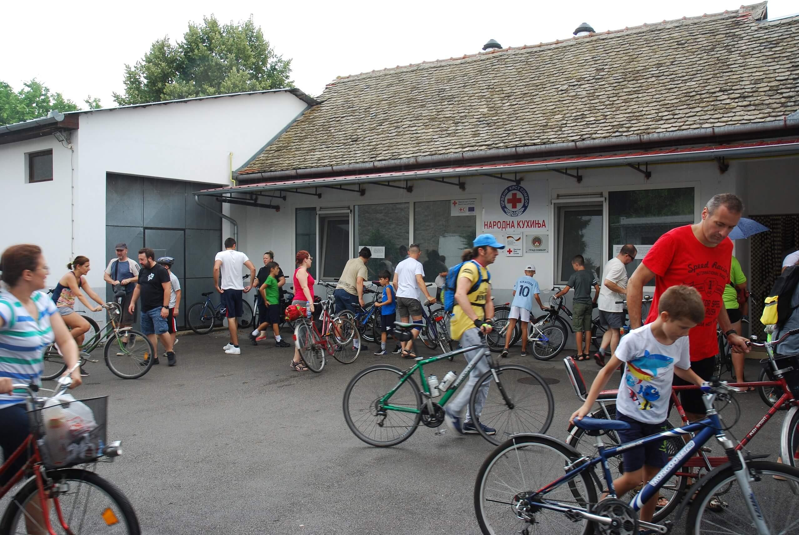 Долазак бициклиста у Црвени крст Сомбор