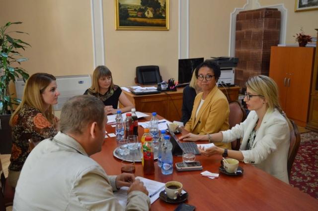 Састанку присуствовали Џеклин Вилијамс Бриџерс, директорка УСАИД-Пројекат  за одговорну власт, Милена Јеноваи, пројектни менаџер у Одељењу за демократски и економски развој УСИАД-а у Београду и Милош Мојсиловић, технички стручњак за компоненту одговорности локалне самоуправе у УСАИД-Пројекат за одговорну власт .